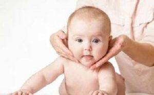 массаж новорождённым при кривошее